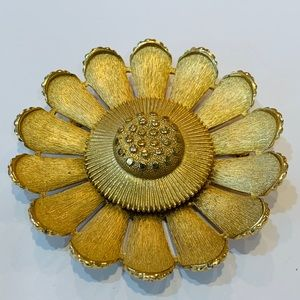 Sarah Coventry large sunflower gold tone brooch